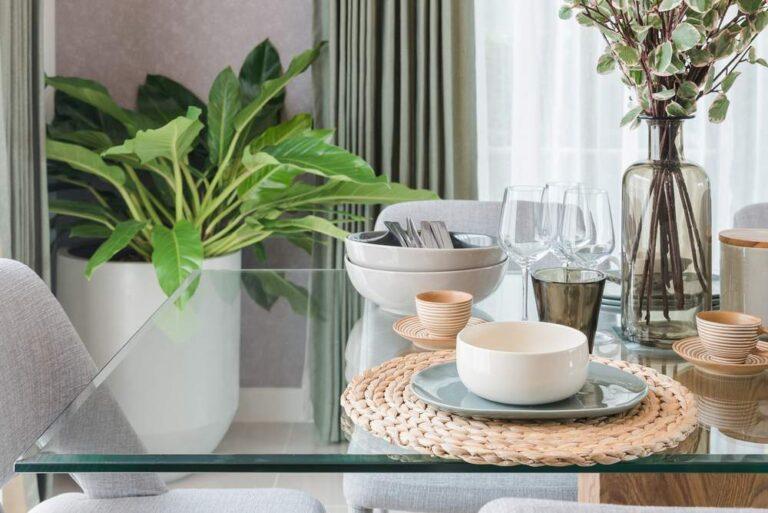cómo decorar una mesa de comedor de cristal