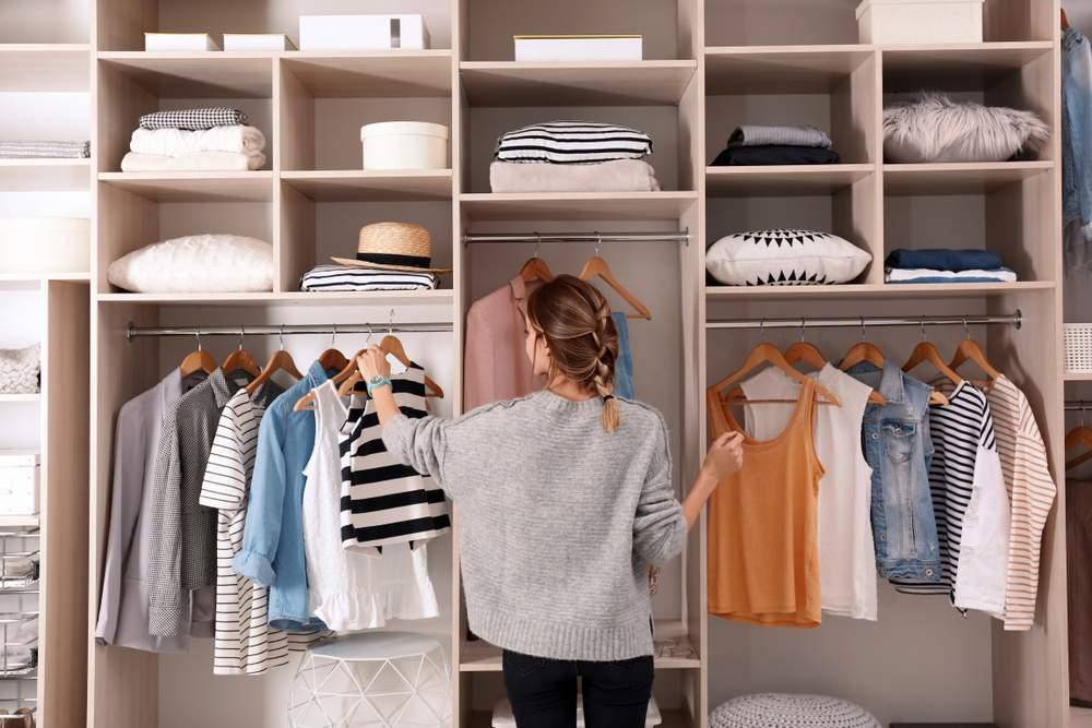 Mujer enseña cómo organizar un armario
