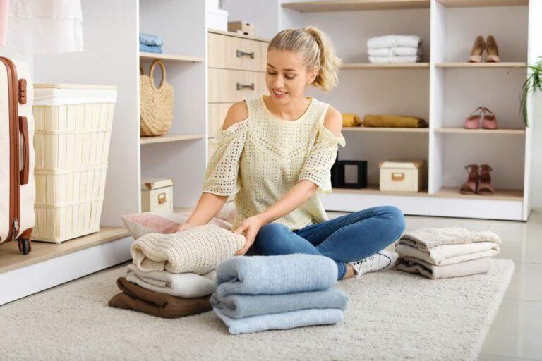 Mujer limpia y vacía su armario de ropa