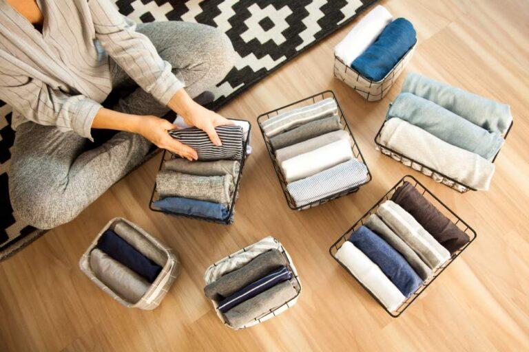 Mujer ordenando ropa en almacenaje
